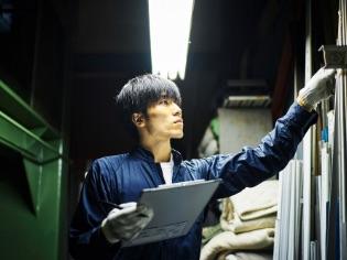 写真:品質管理を行う男性社員
